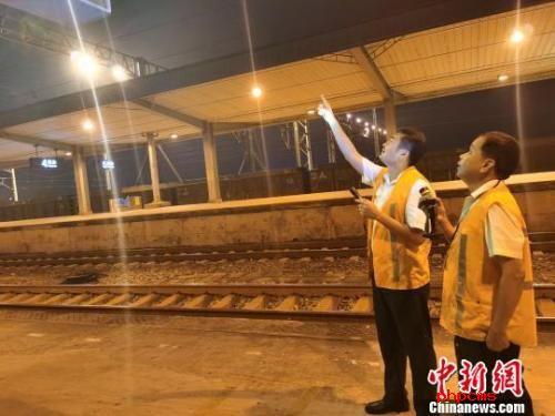 廣西玉林鐵路線恢復運行 鐵路工人連夜排查安全隱患